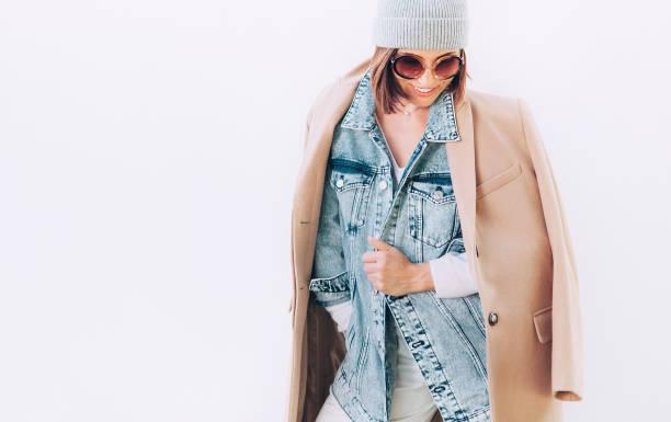 frau in vielschichtigen herbst outfit: kamel mantel, denim-jacke und cashmere-pullover - wintermantel damen wolle stock-fotos und bilder