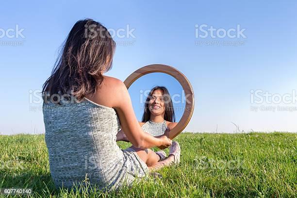 Woman In Nature Viewing Her Mirror Image Stockfoto en meer beelden van 30-39 jaar