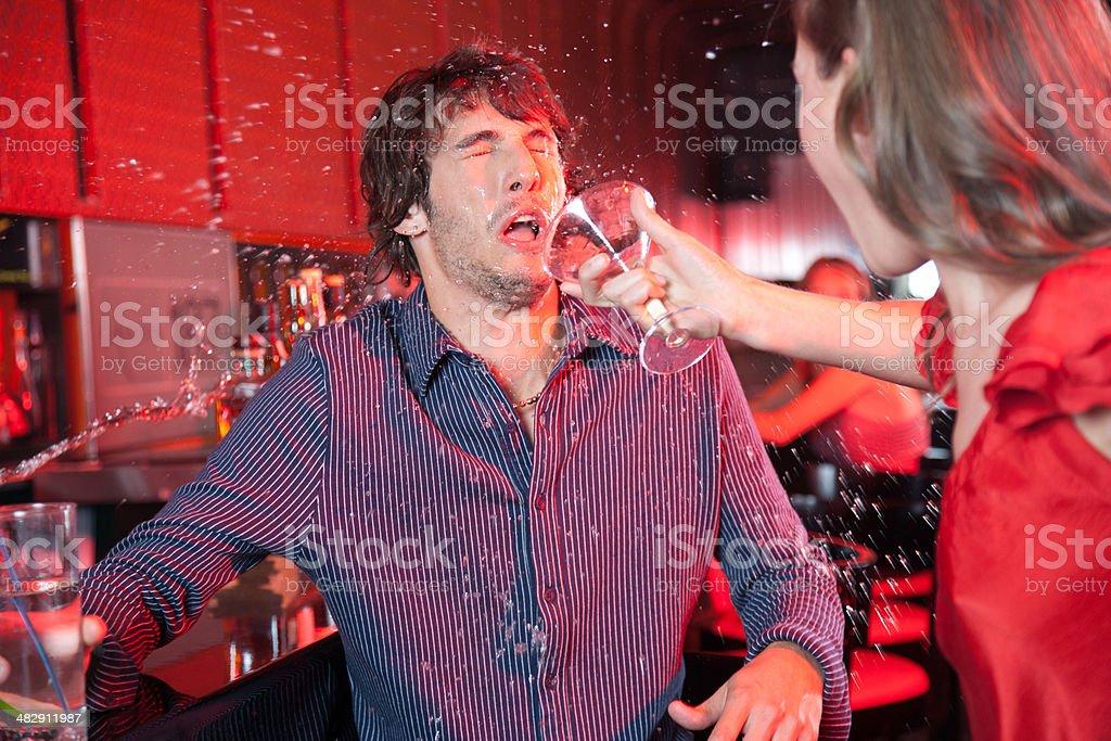 Fotografía de Mujer En Un Club Nocturno Tirando Bebida En Mans Face ...