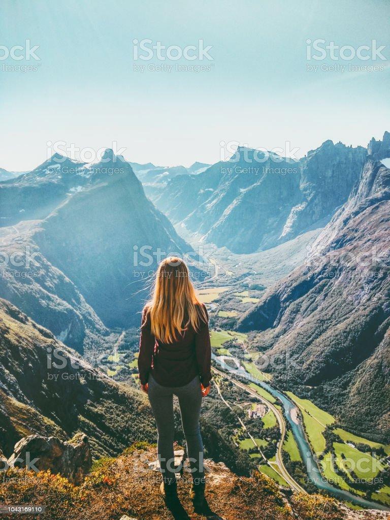 Frau in Norwegen Bergen Reisen gesunden Lebensstil Konzept aktiv Wochenende Sommer Urlaub Touristen genießen Landschaft Luftbild – Foto