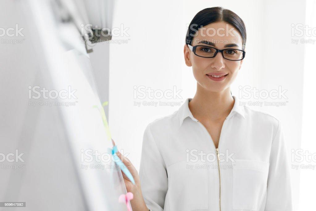 Mujer en oficina. Retrato de trabajadora - Foto de stock de A la moda libre de derechos