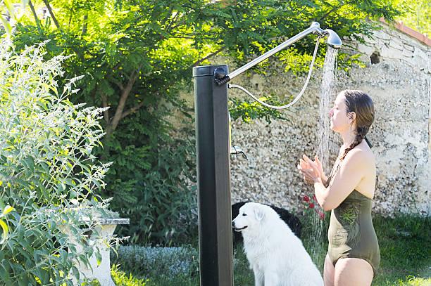 frau in der dusche im freien - sonnendusche stock-fotos und bilder