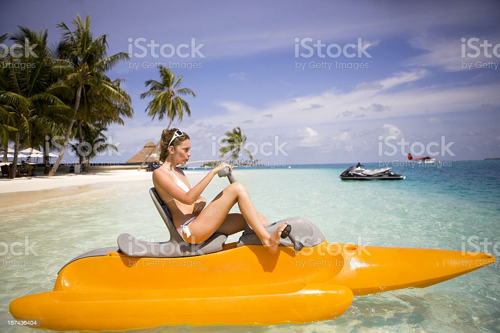 Mujer en botes a remo - foto de stock