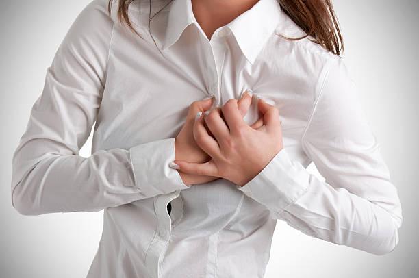 frau in den schmerz - herz lungen training stock-fotos und bilder