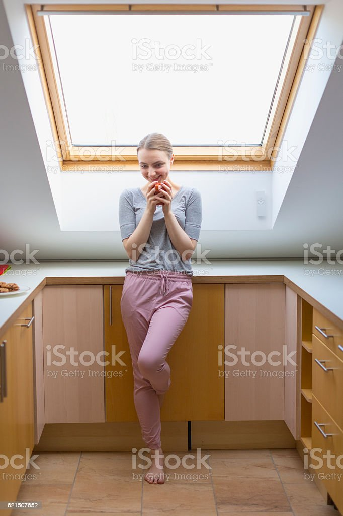Woman in pajamas with cup of coffee photo libre de droits