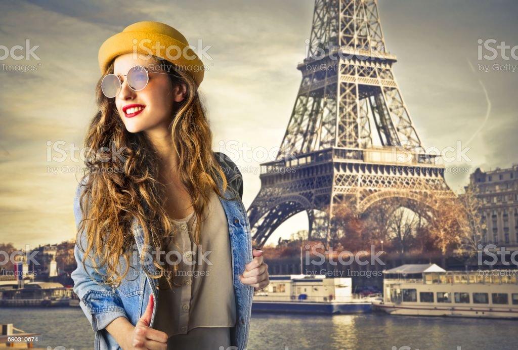 Mujer en París - foto de stock