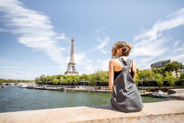 frau in paris  - paris sommer stock-fotos und bilder