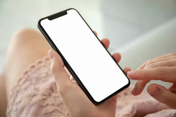 Frau in rosa Kleid mit Telefon mit einem isolierten Bildschirm – Foto