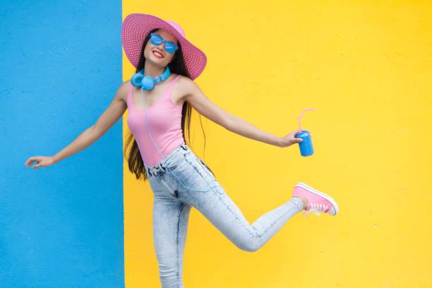 frau in rosa outfit blauen dose halten und tanz - interessantes für teenager stock-fotos und bilder
