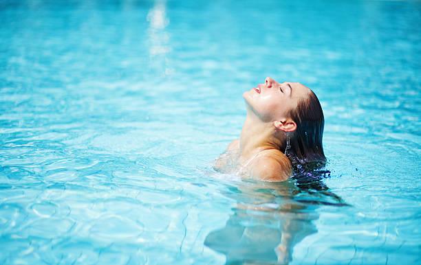 Frau im pool – Foto