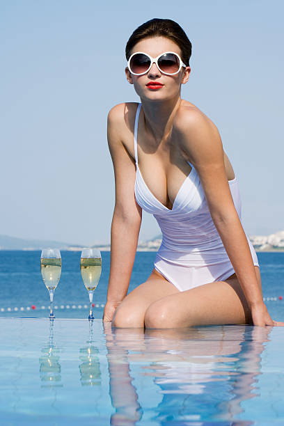 Frau im pool mit Champagner – Foto
