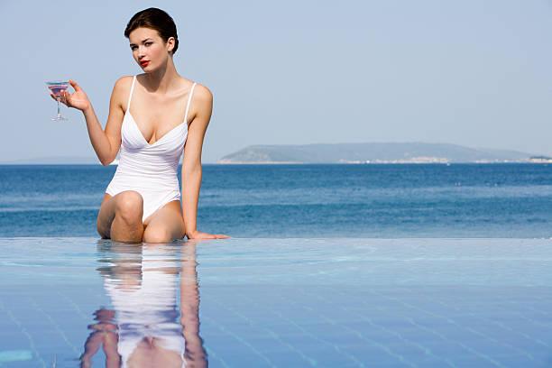 Frau mit cocktail im pool – Foto
