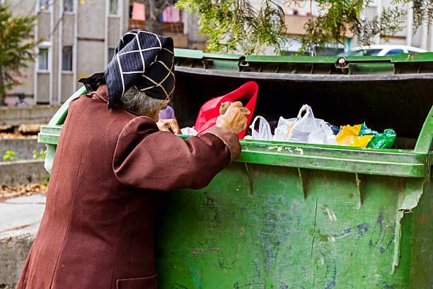 woman in poverty - aas eten stockfoto's en -beelden