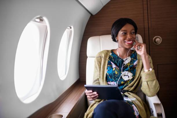 私人噴氣式飛機的女人 - 財富 個照片及圖片檔