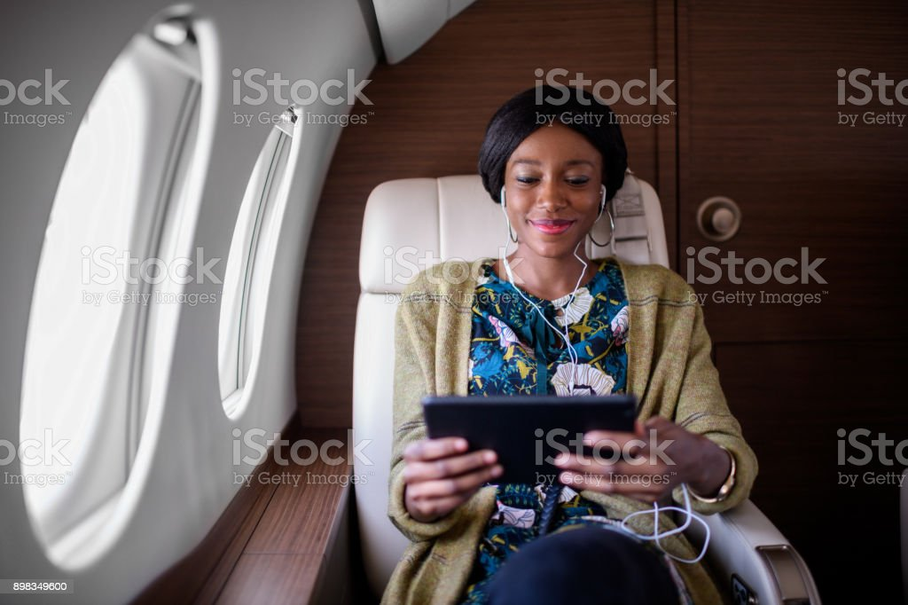 Frau im Privat-Jet Flugzeug – Foto