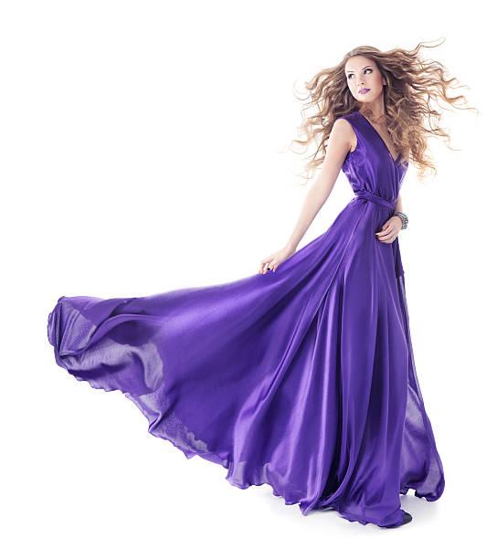 frau in lila seide kleid zu fuß auf weiß - lange abendkleider stock-fotos und bilder