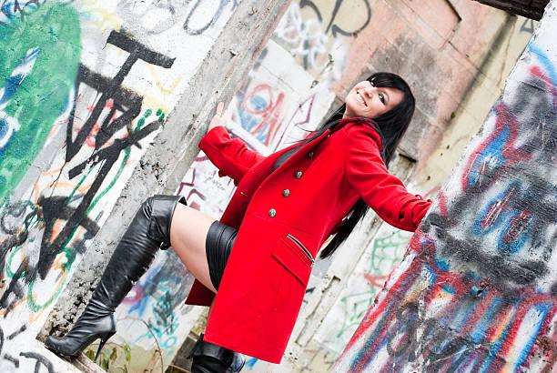 Mulher de casaco vermelho - foto de acervo