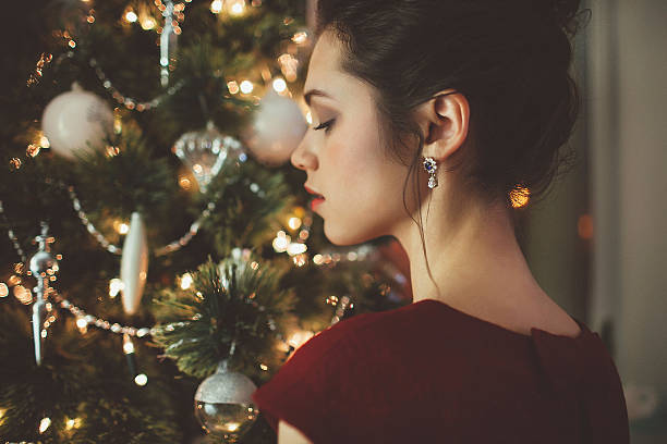 Frau im roten Kleid über Weihnachtsbaum Hintergrund – Foto