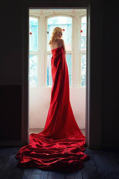 frau in rot stoff - lange abendkleider stock-fotos und bilder