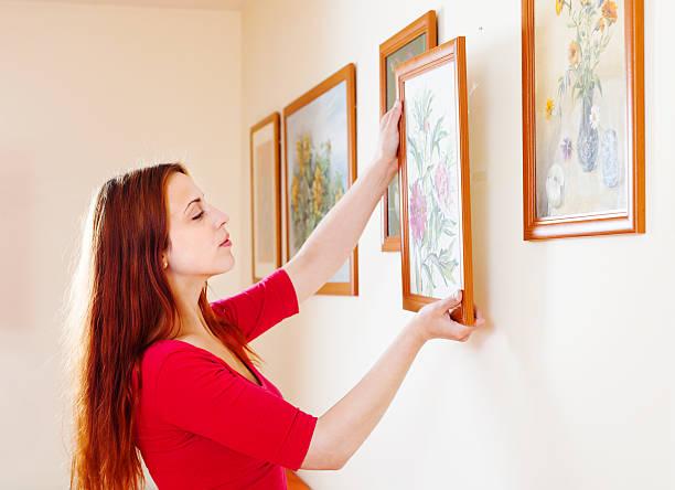 женщина в красных свисающих искусство фотографии - вешать стоковые фото и изображения