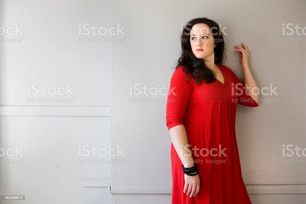 Frau in Rot stehend Gegen eine Wand, – Foto