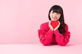 ギフト ボックスの赤いセーターの女性