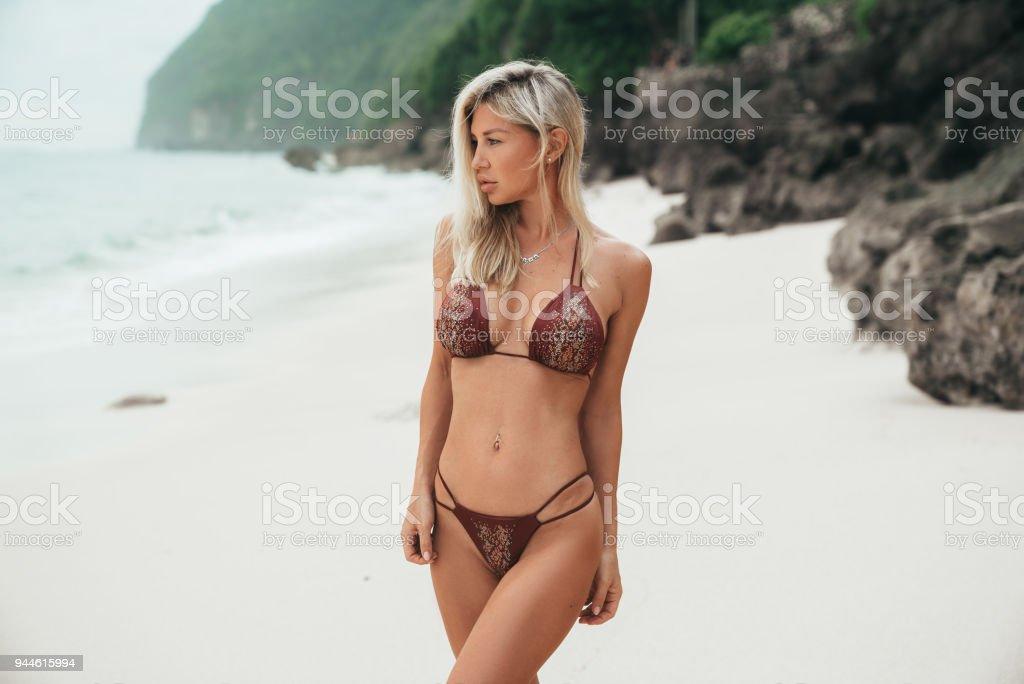 12cf92726643 Mujer En Traje De Baño Rojo Posando En La Playa Hermosa Mujer Rubia ...