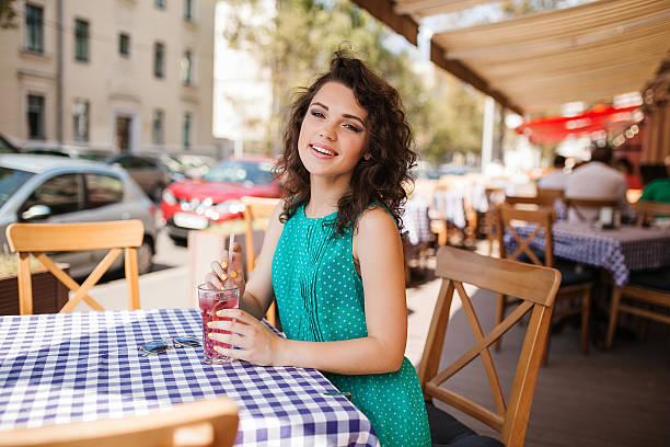 Frau in Sonnenbrille mit runden Gläsern und cocktail-Café terrace Spaß – Foto