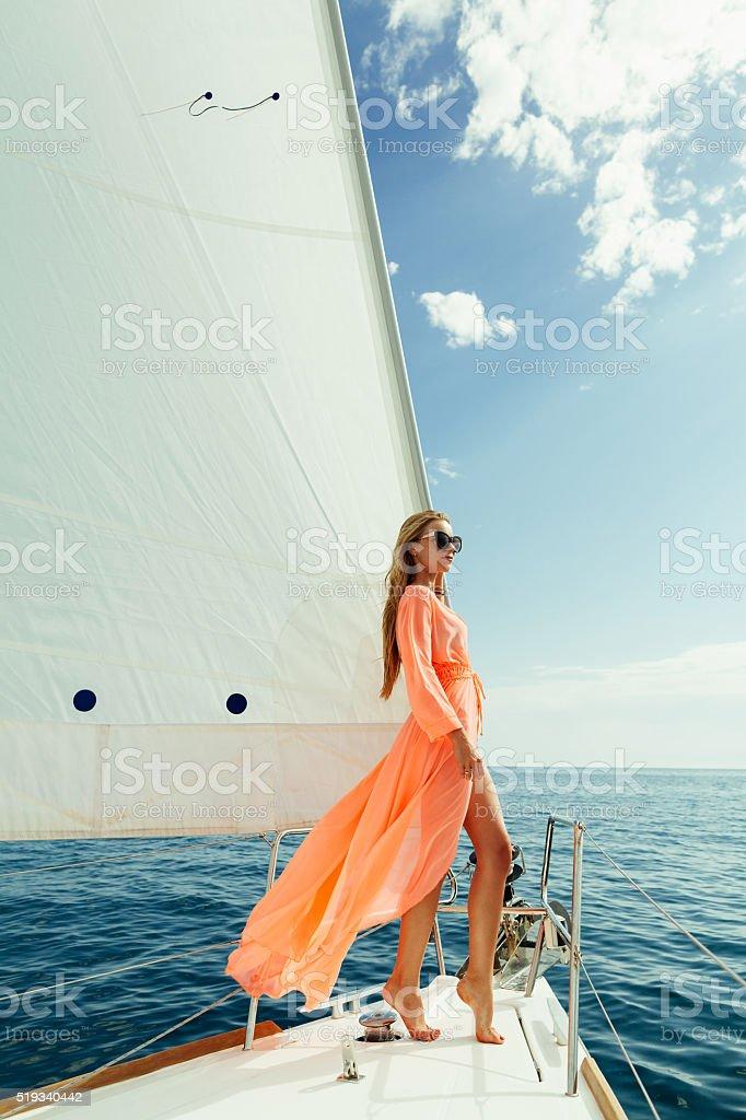 Frau in Sarong Yachting weißen Segel Luxus Reisen – Foto