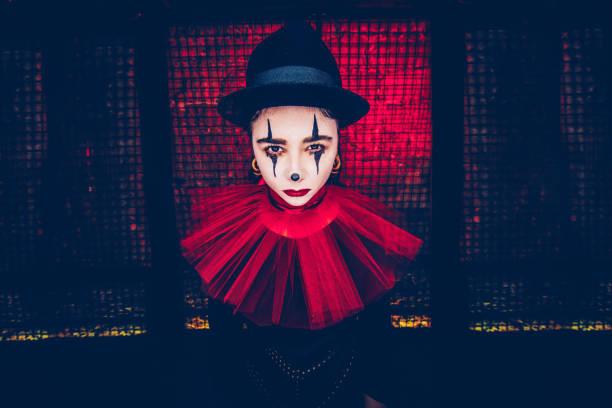 frau in beängstigend clownskostüm zu halloween-party - horror zirkus stock-fotos und bilder