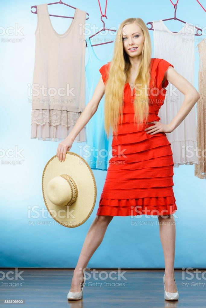 Mulher na loja escolher roupa de verão - foto de acervo