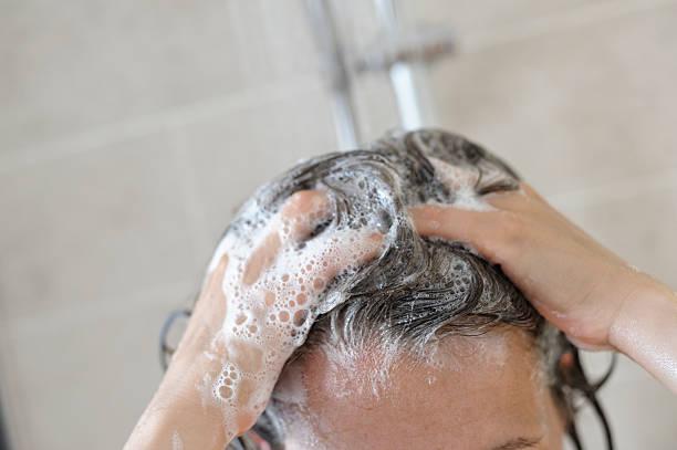 donna in doccia, lavaggio i capelli - lavarsi i capelli foto e immagini stock