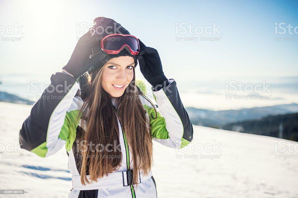 Frau im ski-wear auf dem Gipfel des Berges – Foto