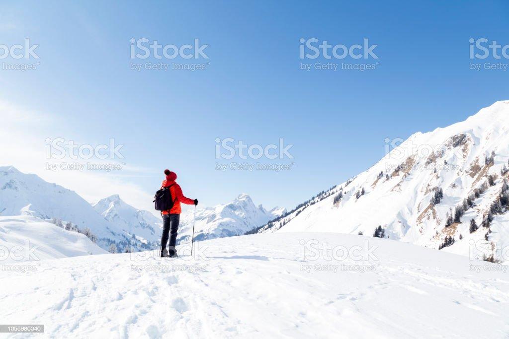 Frau im Schnee bedeckt die Berge – Foto
