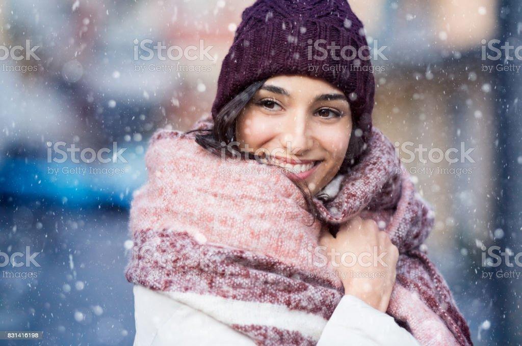 Frau im verschneiten winter – Foto