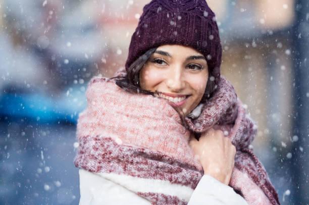 frau im verschneiten winter - weihnachtsstadt stock-fotos und bilder