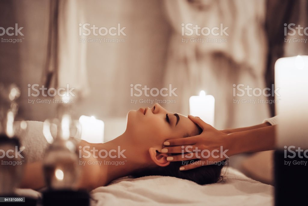 Frau in spa salon – Foto