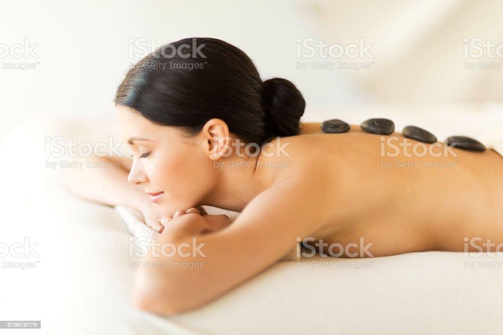 Frau im spa mit warmen Steinen – Foto