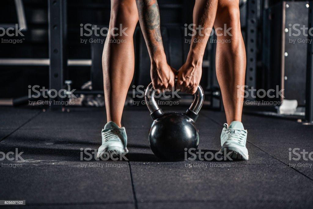 Frau in Sportkleidung dabei Crossfit Training – Foto