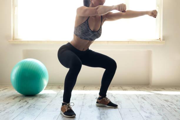 kvinna i sportkläder gör knäböj - bum bildbanksfoton och bilder