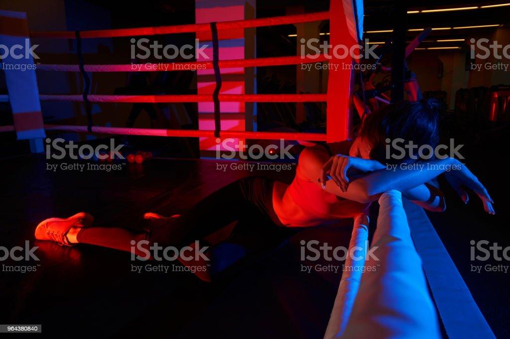 Mulher no sportswear deitado no ringue de boxe - Foto de stock de Adulto royalty-free