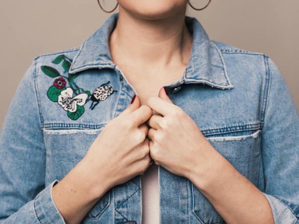Mujer chaqueta de mezclilla Moda primavera verano con bordado - foto de stock