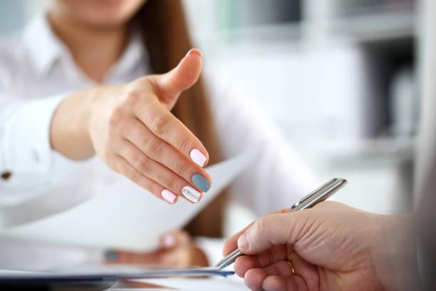 スーツの女性はオフィスのクローズアップでこんにちはとして手を与える - 正装イベント ストックフォトと画像
