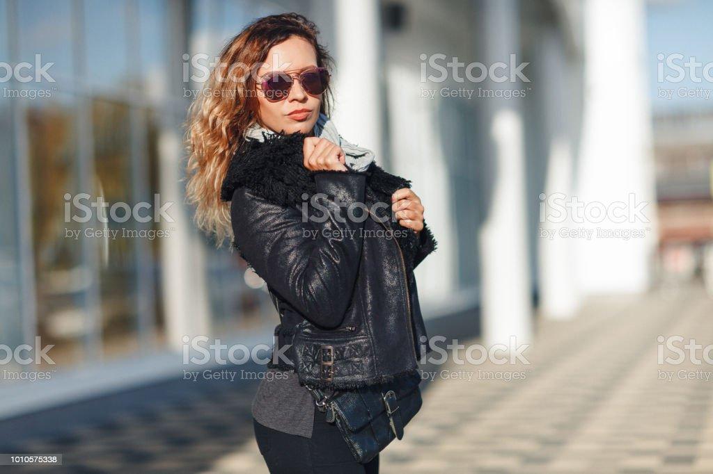 exuberante en diseño amplia selección zapatos casuales Mujer Sol Gafas De Una Chaqueta De Cuero Negro Jeans Negro ...