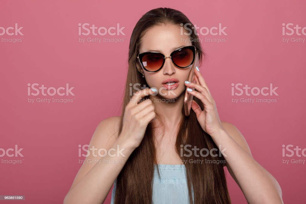 woman in sunglasses using smartphone - Royalty-free Adult Stock Photo