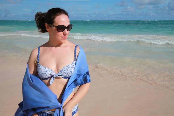 Mulher com pareo praia óculos de sol - foto de acervo