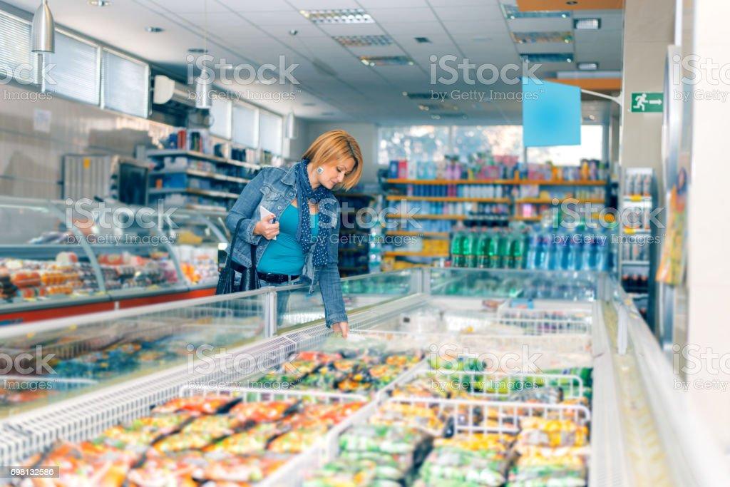 Frau Im Supermarkt In Der Nähe Der Frozen Food Stockfoto und mehr Bilder  von Aussuchen