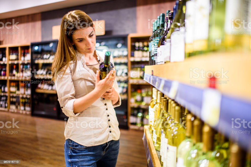 Woman in supermarket - Royalty-free 30-39 Years Stock Photo