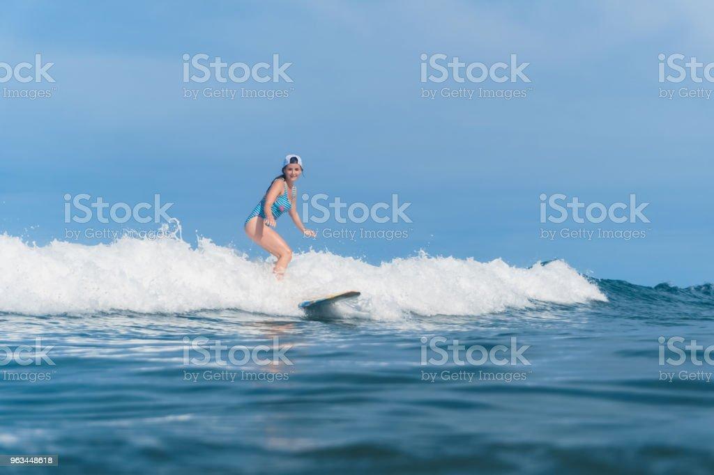 takım elbise sörf okyanusta yüzmeye içinde kadın - Royalty-free Bali Stok görsel