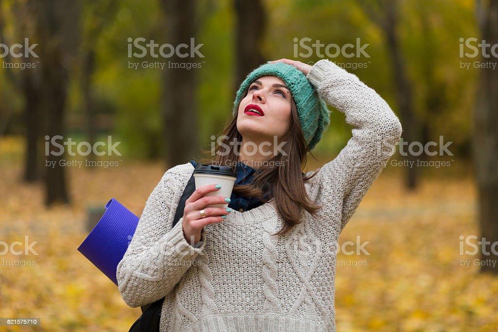 Femme dans la Forêt d'automne photo libre de droits